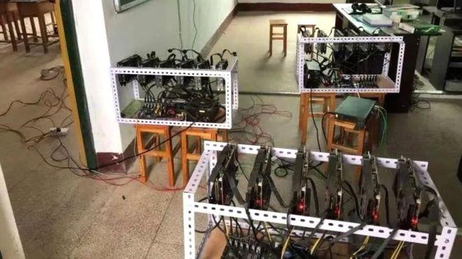 Những cỗ máy đào coin bị phát hiện tại trường học. Ảnh: Weibo.