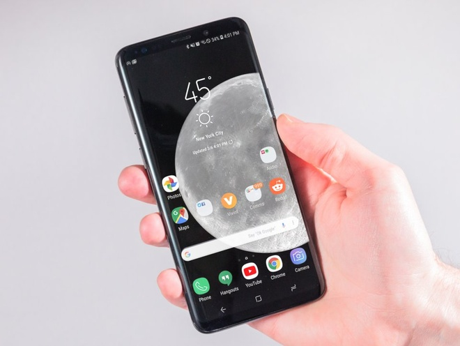 Thiết kế của Samsung Galaxy S9. Không chạy theo trào lưu màn hình khuyết, chiếc smartphone của Samsung vẫn có thiết kế cao cấp với chất liệu đắt tiền, màn hình cong, viền gọn.