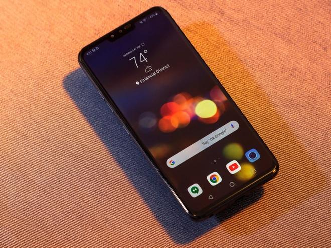 Khối lượng của LG V40. Với cân nặng chỉ 169 g, LG V40 là smartphone nhẹ nhất trong số các máy cao cấp.