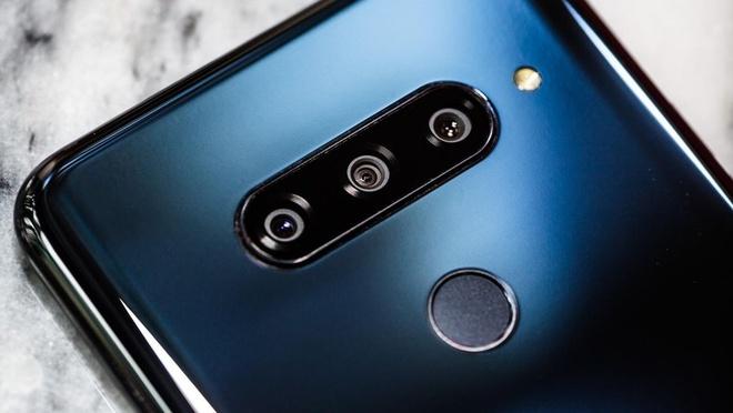Camera của OnePlus 6T nhưng đi kèm bộ 3 ống kính của LG V40. Theo cây viết Antonio Villas-Boas của Business Insider, anh càng dùng nhiều thì càng cảm thấy camera của OnePlus 6T thuyết phục, hơn cả Pixel 3. Tuy nhiên hệ thống 3 ống kính với đủ các tiêu cự: góc rộng, trung bình và tele của LG V40 lại rất hữu ích.