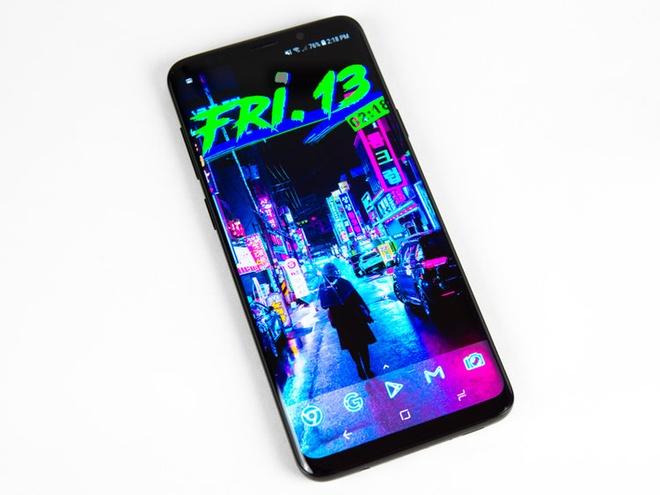 Màn hình của Samsung Galaxy S9. Chiếc điện thoại này sở hữu màn hình Super AMOLED rất sắc nét, thể hiện màu sắc tốt.