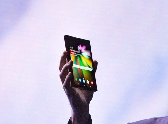 Smartphone màn hình gập đã được Samsung mang tới sự kiện vào tháng 11/2018. Ảnh: The Verge.