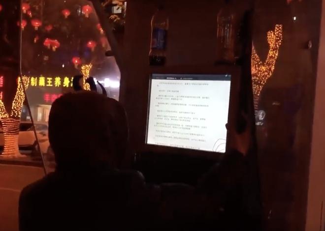 Anh chàng này hack điện thoại công cộng, dùng mạng chùa cả năm trời
