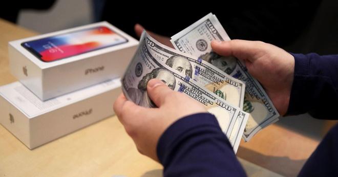 Kế toán của công ty Wescom lợi dụng chức vụ của mình để mua iPhone, iPad bằng tài khoản công ty rồi bán lại kiếm lời. Ảnh: AP.