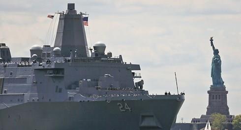 Phat hien camera quay len phong tam nu tren tau do bo USS Arlington hinh anh 1
