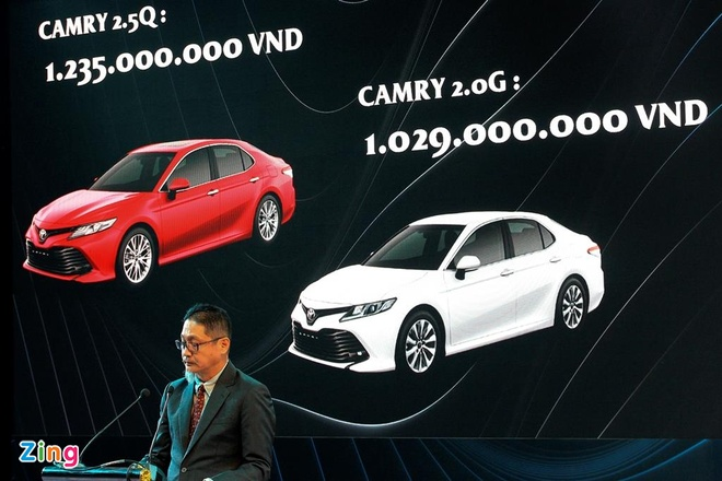 Mua Toyota Camry 2019, khach hang can tra them toi 100 trieu dong hinh anh 1