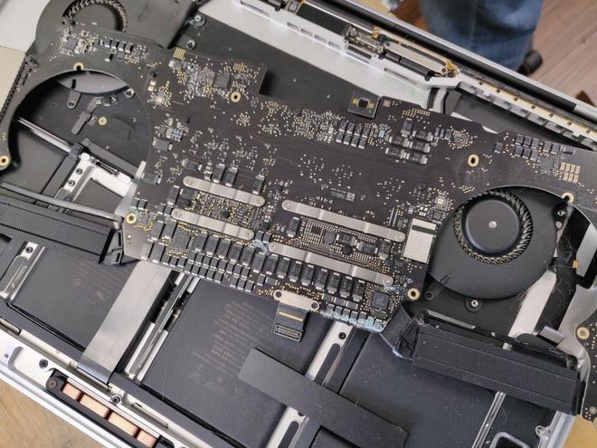 Apple đã 2 lần đổi bo mạch cho chiếc MacBook Pro của Greg Benz. Ảnh: Business Insider.