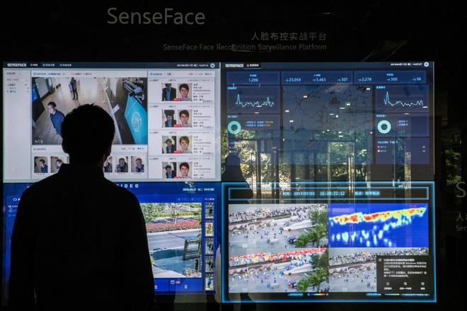 Tại Trung Quốc, công nghệ AI được kết hợp với camera giám sát để theo dõi, phát hiện người vi phạm. Họ có thể bị hạ điểm tín dụng công dân hoặc dán gương mặt lên khu vực công cộng. Tuy nhiên cũng có lúc hệ thống này nhận nhầm người. Ảnh: NY Times.