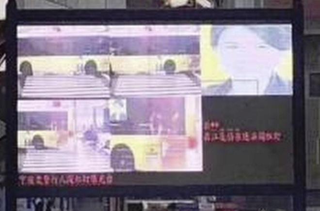 """Tháng 11/2018, gương mặt bà Dong Mingzhu, Chủ tịch Công ty gia dụng Gree bị chiếu lên màn hình lớn tại thành phố Ninh Ba, Chiết Giang. Gương mặt bà bị dán lên một chiếc xe buýt đi trên đường, sau đó bị hệ thống nhận nhầm là người băng qua đường sai chỗ. Cuối cùng, hệ thống """"bêu xấu"""" người vi phạm đã chiếu ảnh của bà Dong lên màn hình để mọi người cùng biết. Ảnh: Handout."""