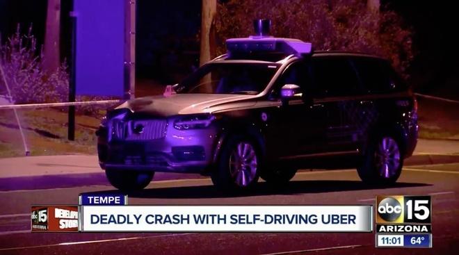 Trí tuệ nhân tạo cũng được sử dụng trong công nghệ xe tự lái. Đã có nhiều vụ tai nạn chết người liên quan đến trí tuệ nhân tạo. Gần đây nhất, vào tháng 3/2019, chiếc xe tự lái thử nghiệm của Uber đã đâm chết một người phụ nữ đang qua đường tại thành phố Tempe, bang Arizona, Mỹ. Uber sau đó xin phép tiếp tục thử nghiệm xe tự lái, nhưng có sự giám sát chặt chẽ hơn từ người lái. Ảnh: ABC 15.