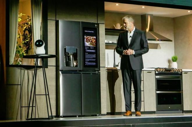 """Tại triển lãm CES 2018, LG giới thiệu robot CLOi hoạt động dựa trên trí tuệ nhân tạo. Khi trình diễn trên sân khấu, Phó chủ tịch LG David VanderWaal đã bị bẽ mặt khi hỏi liên tục mà CLOi không hề trả lời. LG đã khắc phục lỗi này và trình diễn CLOi một lần nữa tại CES 2019. Đây là lỗi sai, nhưng chưa đến mức là """"tội ác"""". Ảnh: Cnet."""