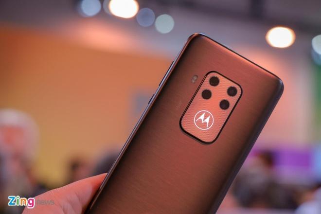 Motorola gioi thieu Moto One Zoom, cum camera nhu Note10+ hinh anh 2