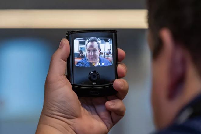 Motorola RAZR 2019 ra mat - huyen thoai nap gap tro lai hinh anh 6