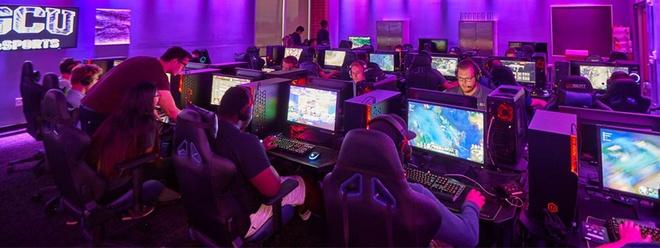 Với số lượng sinh viên tăng nhanh như vậy, nhà trường phải nâng cấp phòng tập để đáp ứng nhu cầu sử dụng cho sinh viên. Cụ thể cơ sở mới này có diện tích khoảng 306 m2, có 72 máy tính cho sinh viên học tập, tăng gấp ba diện tích bàn máy tính và phòng thư giãn, đồng thời tăng gấp đôi số lượng nhân viên. Ảnh: GCU Club Sports.