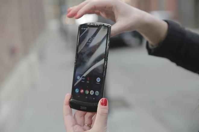 Samsung Galaxy Z Flip va Motorola Razr, dien thoai gap nao ben hon? hinh anh 2 flip_2.jpg