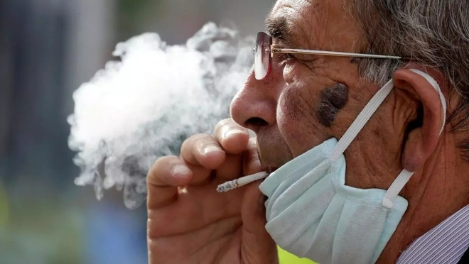 Hut thuoc co lam giam nguy co nhiem Covid-19? hinh anh 1 smoker_1_reuters.jpg