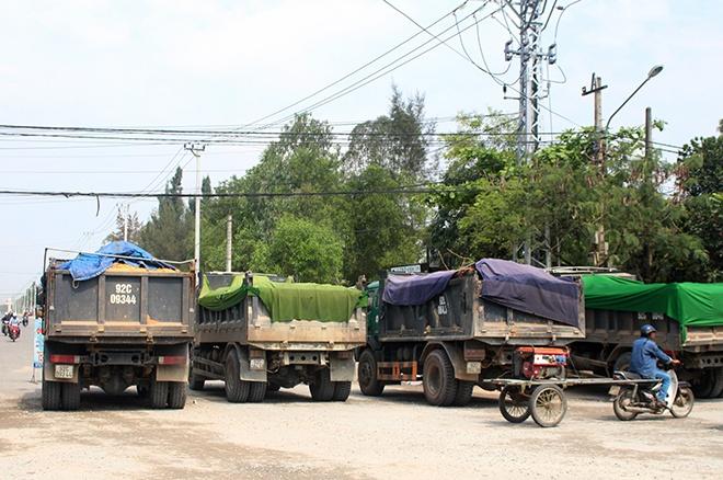 Dan Quang Nam dung thung rac, bien quang cao chan 30 xe tai cho dat hinh anh 2