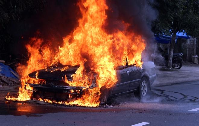 Kết quả hình ảnh cho cháy nổ xe trên đường