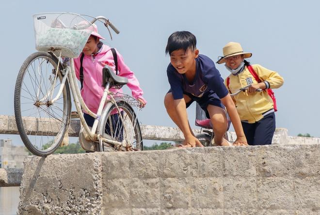 Hoc sinh lieu minh di qua cau sap sap o Quang Nam hinh anh