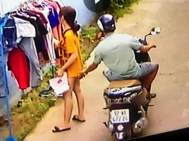 Thanh nien phong xe may sam so co gai dang phoi do hinh anh 1