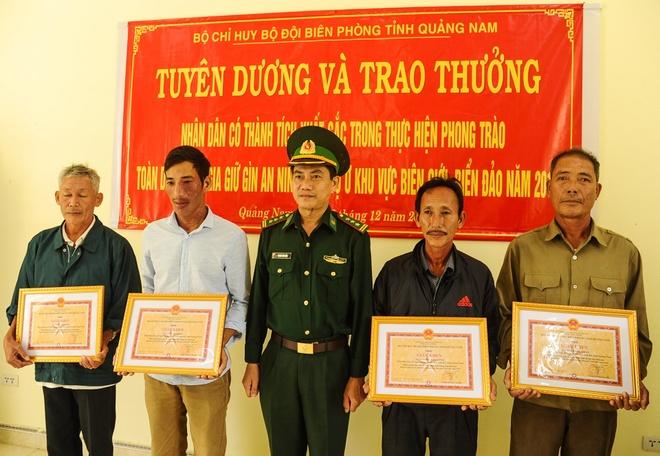 Khen thuong 6 nguoi dan nhat duoc 25 banh heroin troi vao bo bien hinh anh 1 75650558_561821384362771_8741007528311128064_n.jpg