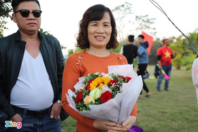 Me Hoang Duc mang hoa den Noi Bai don con tu som hinh anh 1