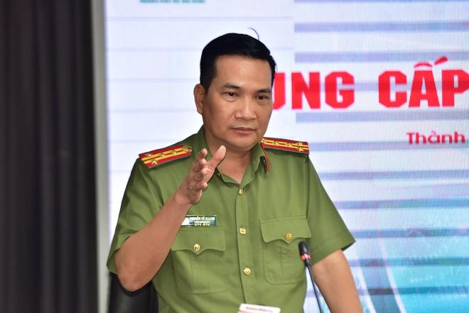 Đại tá Nguyễn Sỹ Quang, Phó giám đốc Công an TP Hồ Chí Minh, thông tin tại buổi họp báo. Ảnh: Lê Quân.