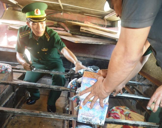 Nguy trang phao lau tren xe khach tu Lao ve Viet Nam hinh anh