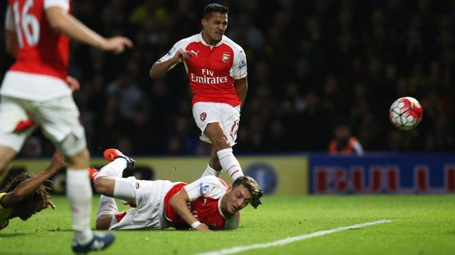 Herrera vang bong o doi hinh tieu bieu vong 9 Premier League hinh anh 9 Tiền vệ phải - Alexis Sanchez (Arsenal): Tiền vệ người Chile tiếp tục chuỗi phong độ ấn tượng bằng bàn thắng vào lưới Watford sau nỗ lực của đồng đội Mesut Ozil. Càng ý nghĩa hơn khi bàn thắng mở tỉ số của Sanchez cũng đánh sập lối chơi phòng ngự của Watford, giúp Arsenal sau đó có được chiến thắng 3-0 một cách dễ dàng hơn.