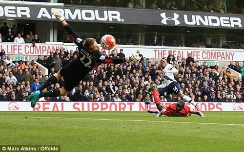 Herrera vang bong o doi hinh tieu bieu vong 9 Premier League hinh anh 1 Thủ môn - Simon Mignolet (Liverpool): Màn ra mắt của HLV Jurgen Klopp khá suôn sẻ một phần là nhờ phong độ của Mignolet. Trong khi hàng công Liverpool tỏ ra bế tắc thì sự xuất sắc của hàng thủ đã mang về trận hòa 0-0 trước Tottenham. Trong đó, Mignolet là cái tên nổi bật nhất khi thủ thành này liên tục từ chối những nỗ lực dứt điểm từ phía các chân sút Tottenham, điển hình là những pha dứt điểm của Clinton Njie và Harry Kane.