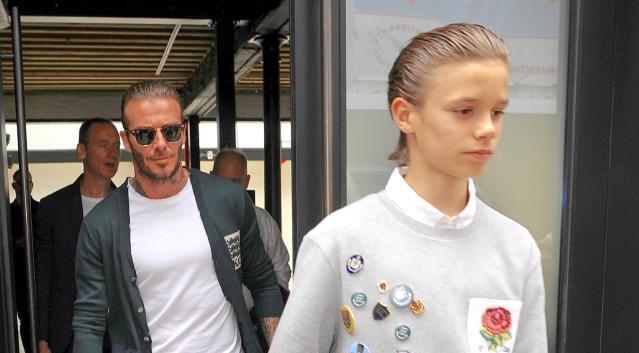 Bo con David Beckham de toc giong nhau di xem thoi trang hinh anh