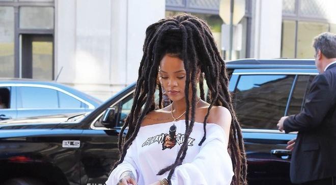 Rihanna va nhung lan dien trang phuc khong giong ai hinh anh