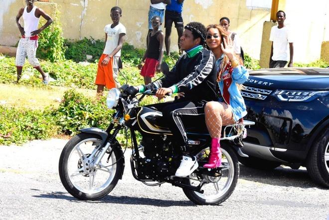 Vo chong Beyonce di xe may o Jamaica hinh anh