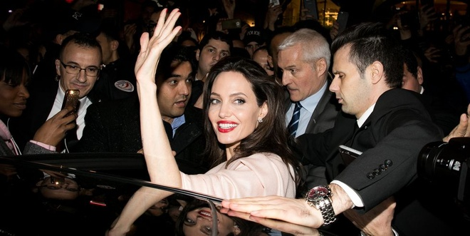Nghi van Angelina Jolie co ban trai moi hinh anh