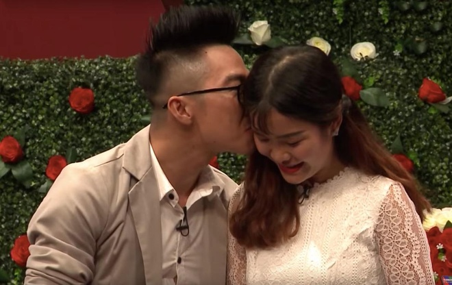 Co gai thich lam nung dong y hen ho voi chang mien Tay hon 9 tuoi hinh anh