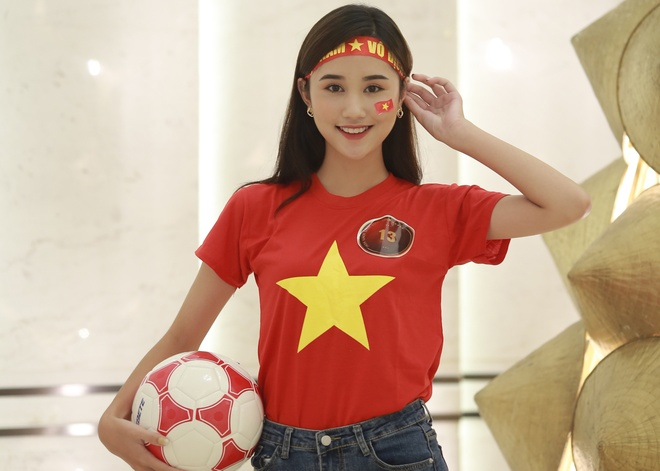 Hoa khoi sinh vien co vu tuyen Viet Nam truoc chung ket AFF Cup 2018 hinh anh