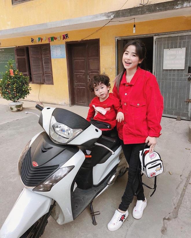 Trang Hy khoe anh hai huoc ben cha me, Trang Lou thi uong sua voi con hinh anh 1