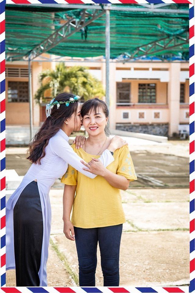 Hoc sinh Soc Trang om hon cha me trong bo anh ky yeu hinh anh 2