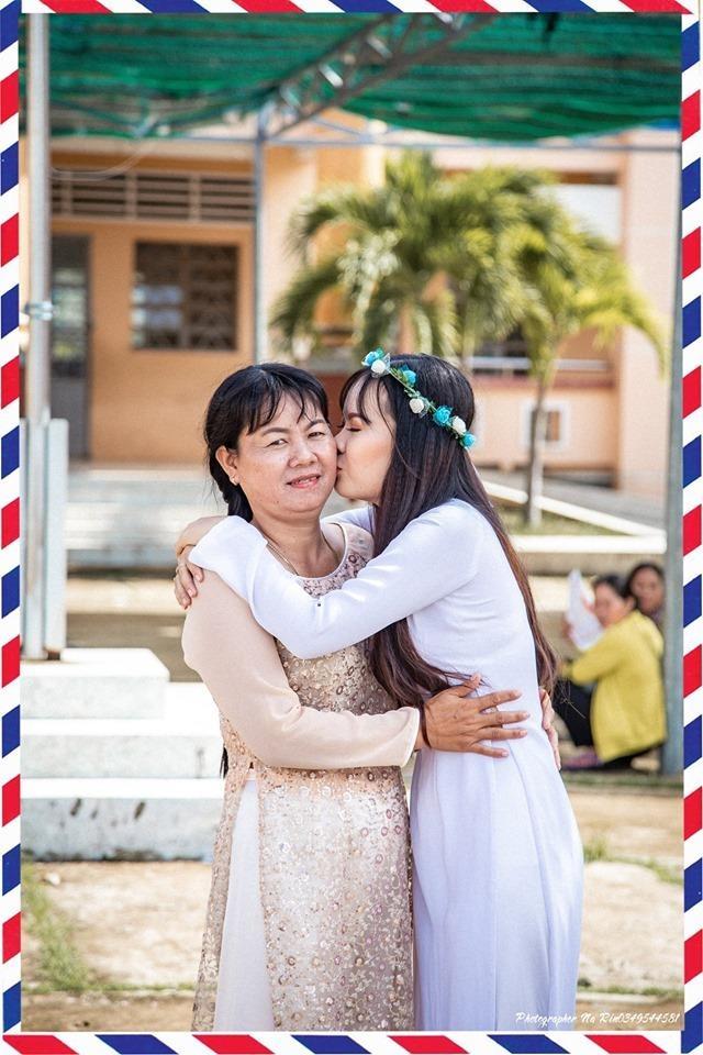Hoc sinh Soc Trang om hon cha me trong bo anh ky yeu hinh anh 3