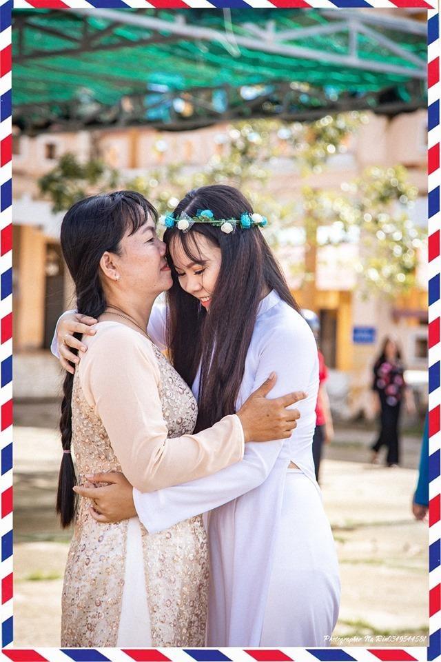 Hoc sinh Soc Trang om hon cha me trong bo anh ky yeu hinh anh 4