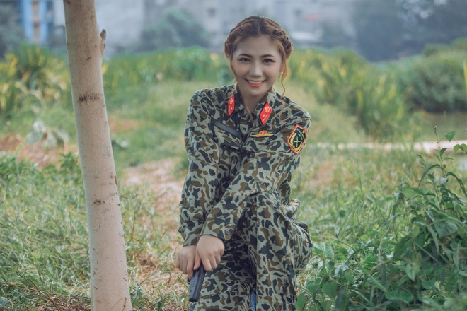 Hot girl thiếu úy đặc công 'gây thương nhớ' với bộ ảnh bên hồ sen