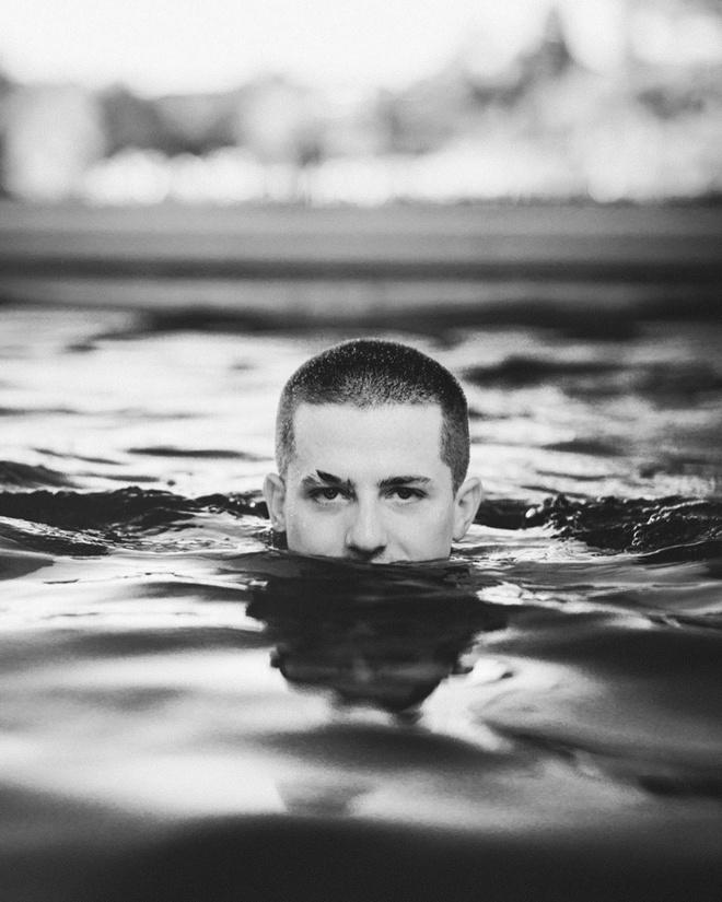 Quai vat 'Den Loch Ness' va loat anh che Den Vau trong MV moi hinh anh 8