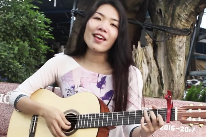 Co giao om guitar hat 'Simple Love' khien nhieu nguoi xin lam hoc tro hinh anh