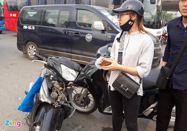 Oto lao vao xe may o nga tu Xuan Thuy anh 2