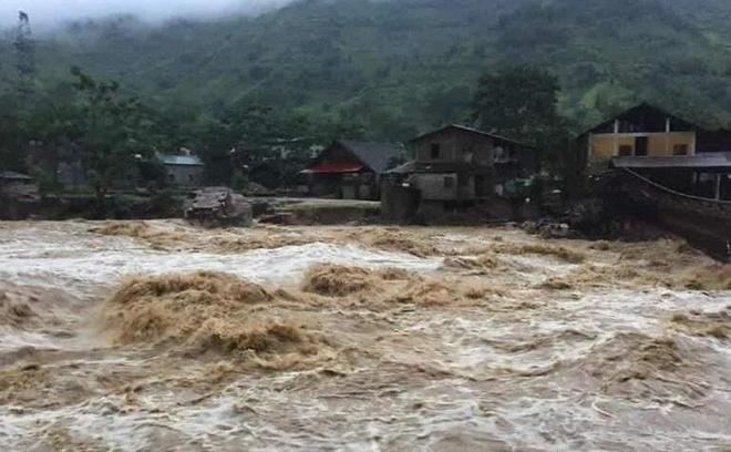 Lũ quét đánh sập cầu treo tại Sa Pa, 4 bản làng bị cô lập
