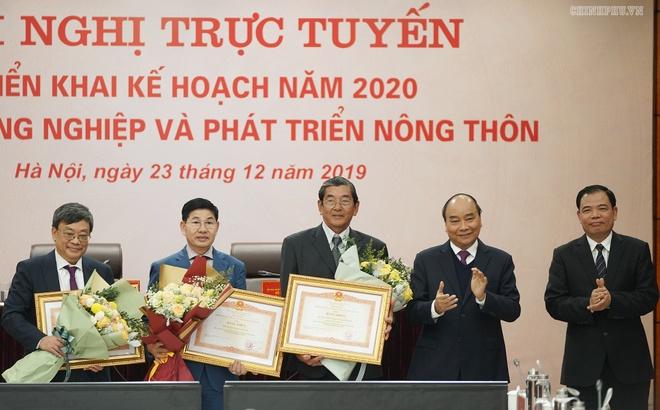 Thu tuong: Khong quan tam nong dan thi quan tam ai hinh anh 2 Thu_tuong_tang_bang_khen_cho_cac_ca_nhan_co_thanh_tich_xuat_sac.jpg
