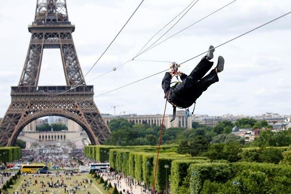 Truot zipline tu thap Eiffel voi toc do cua mot trai tennis hinh anh