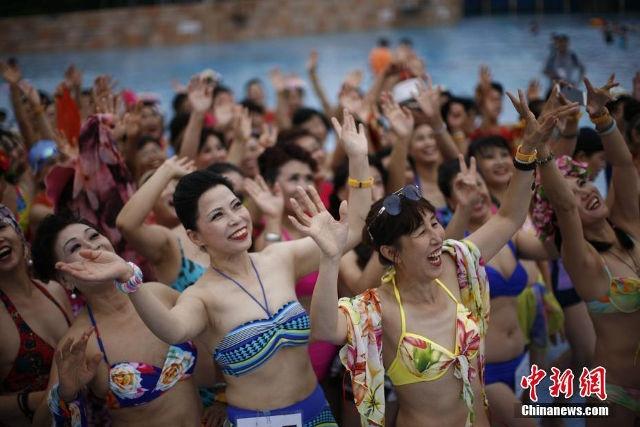 Quy ba Trung Quoc dua nhau trinh dien bikini hinh anh 1