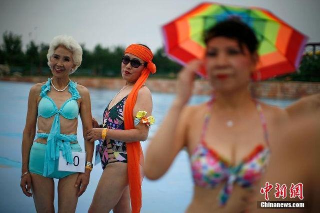 Quy ba Trung Quoc dua nhau trinh dien bikini hinh anh 2