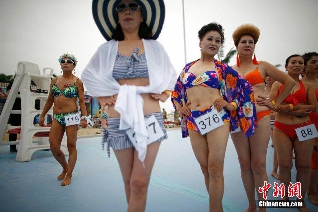 Quy ba Trung Quoc dua nhau trinh dien bikini hinh anh 5